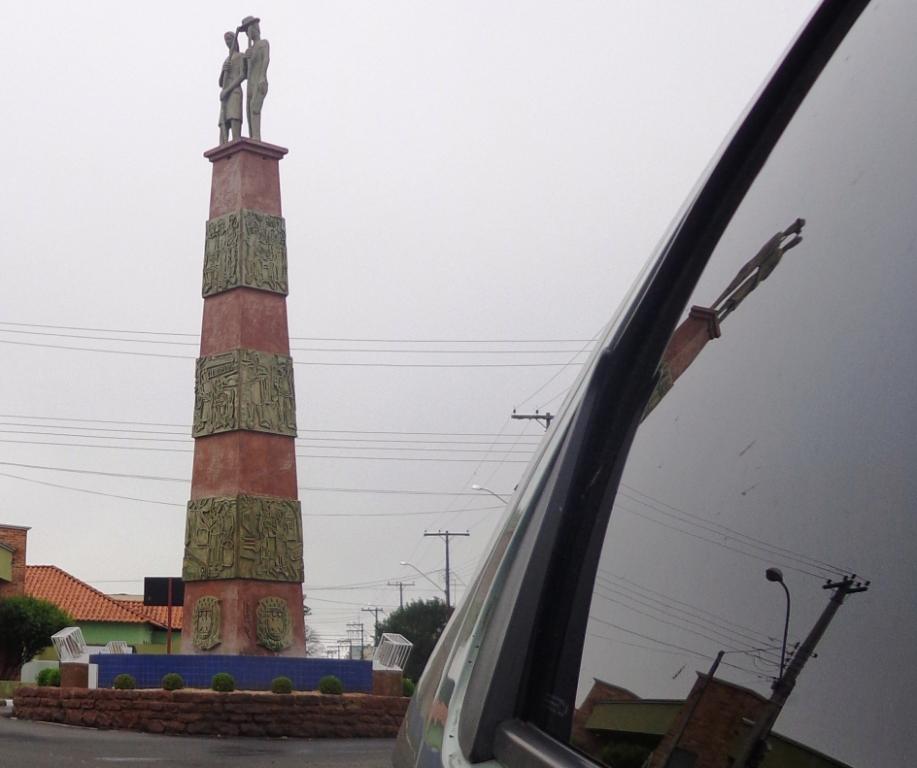 Monumento Ibaté - Adélio Sarro